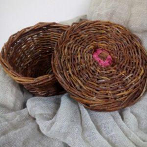 Bonbonnière en saule sauvage et touche de rafia fuschia