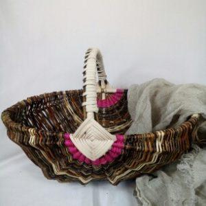 Panier sur arceaux en saule sauvage, osier blanc, éclisse de rotin et rafia fuschia